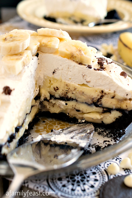 This amazing White Chocolate Banana Cream Pie is one of the best pies I've ever had! Layer upon layer of dark chocolate crumbs, banana slices, white chocolate custard and whipped cream make this one AMAZING pie recipe!