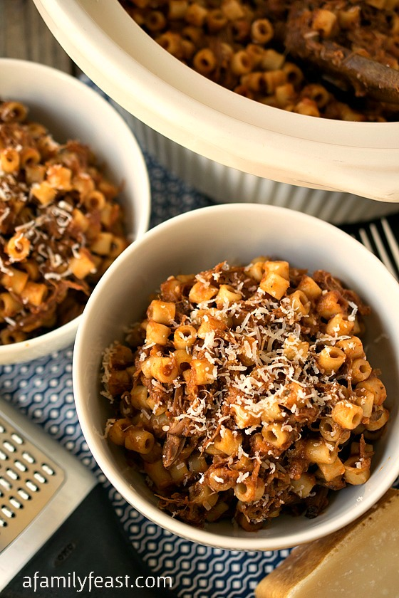 Slow Cooker Beefy Mac - A super simple, super delicious, hearty meal that the whole family will love!
